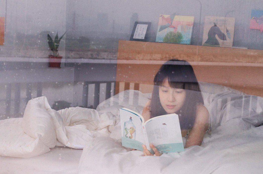 連俞涵在佈展閒暇之餘,看本書充充電。圖/連俞涵提供
