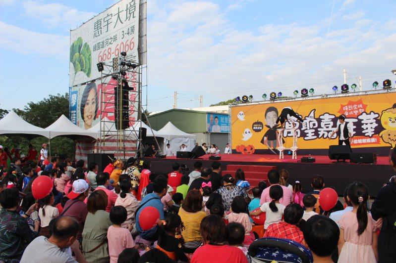 民進黨新竹市立委參選人鄭宏輝今天在新莊車站舉辦「萬聖節嘉年華活動」吸引民眾參加。記者張雅婷/攝影
