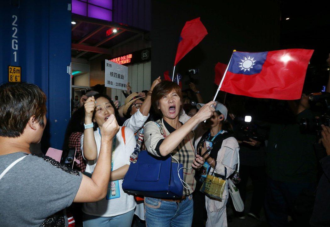 韓國瑜今晚在台北市參加走出同溫層青年政策論壇,基進黨於場外舉牌抗議,場外韓國瑜支...