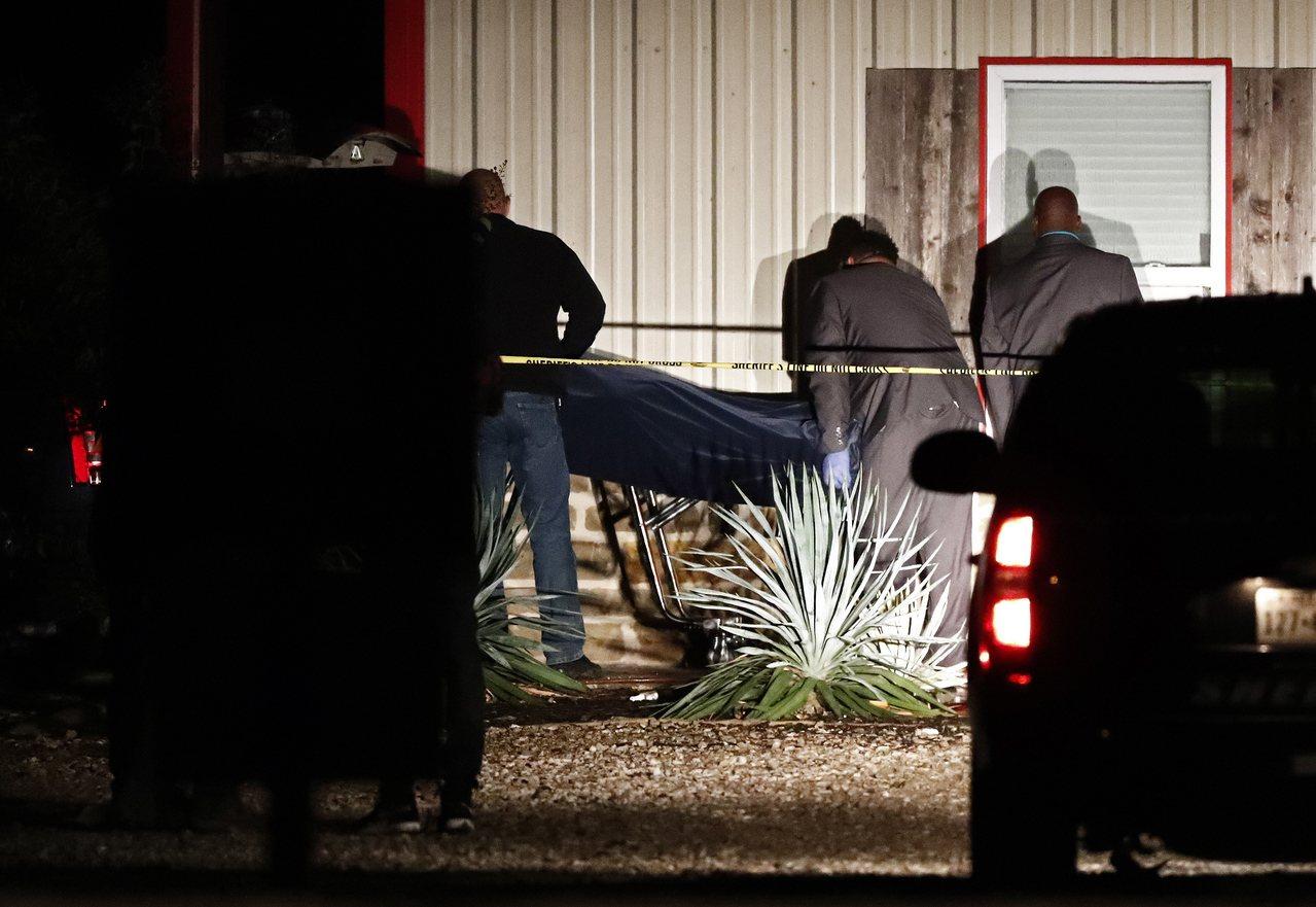 美國康維斯德州農工大學附近一場派對活動26日晚間驚傳槍擊案,警方和醫護人員在現場...