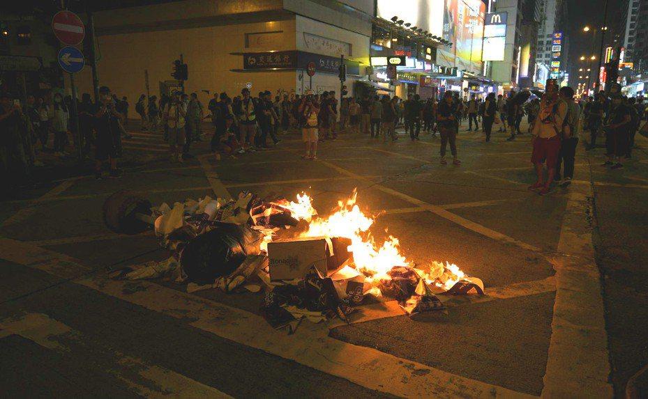 示威者在多處縱火。圖/取自星島日報