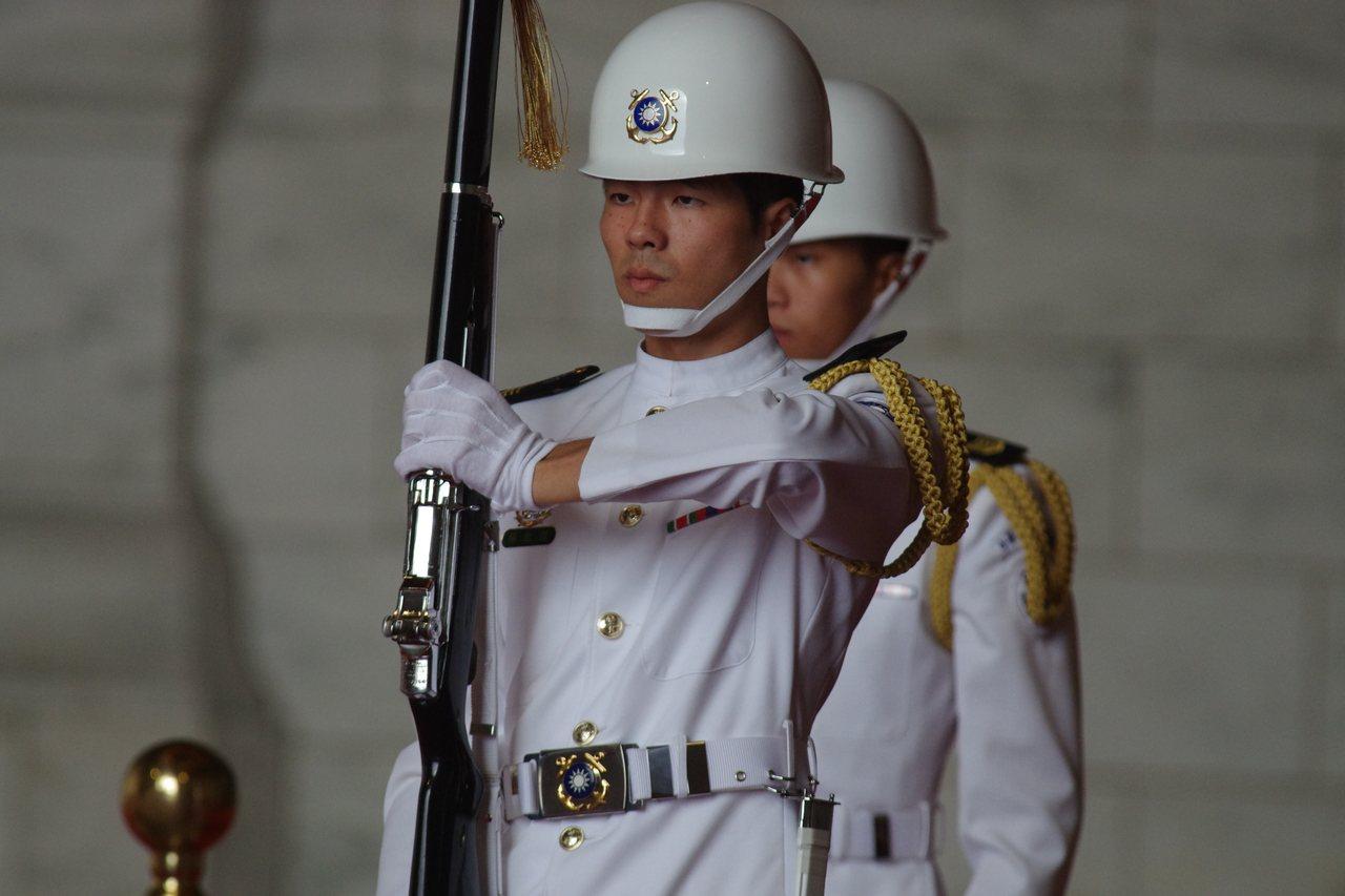 駐守中正紀念堂的海軍儀隊。資料照,記者程嘉文/攝影