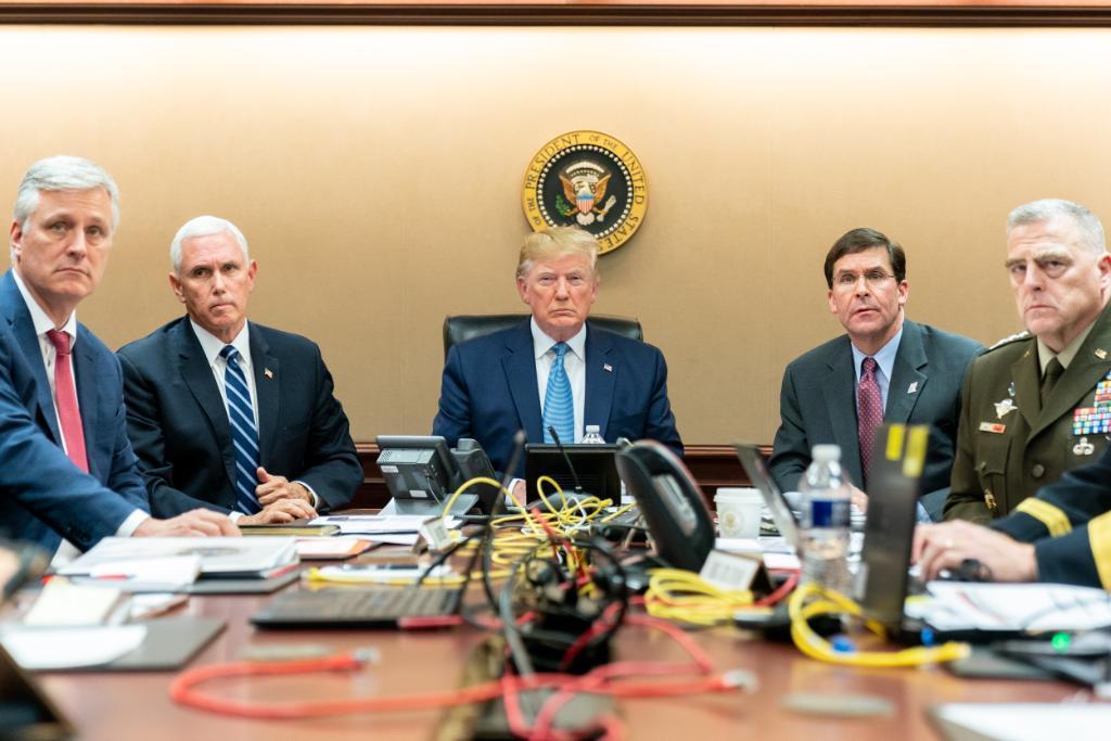 白宮發布川普(中)在戰情室觀看IS任務照片。(法新社)
