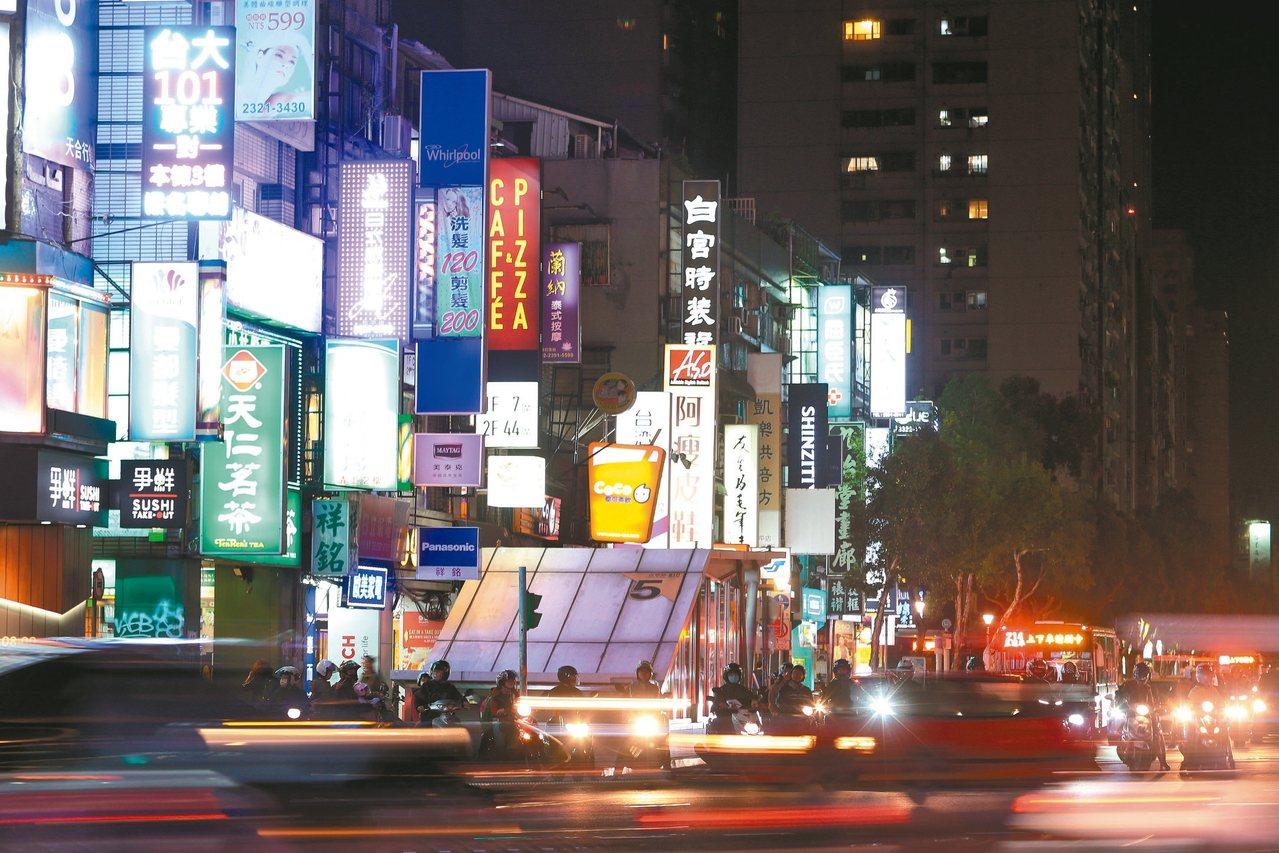 環保署擬於年底前制定「光汙染管理指引」,統籌全台戶外光源亮度。 記者胡經周/攝影