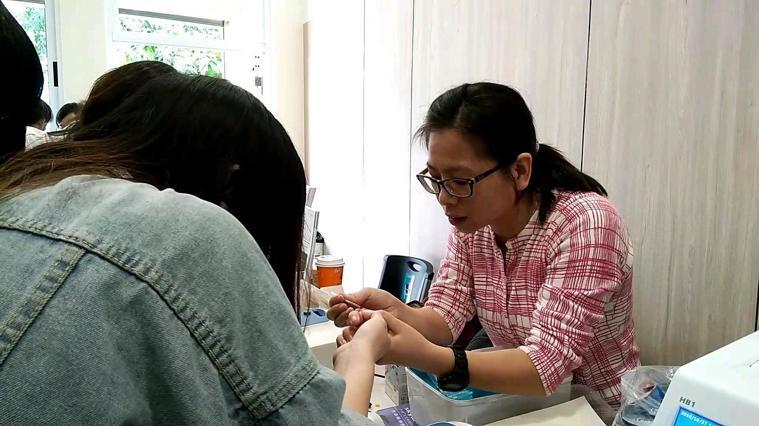 白惠文診所昨天舉辦開幕儀式,合作廠商在診所後方做血糖測試儀的推廣,只要一點血液,...