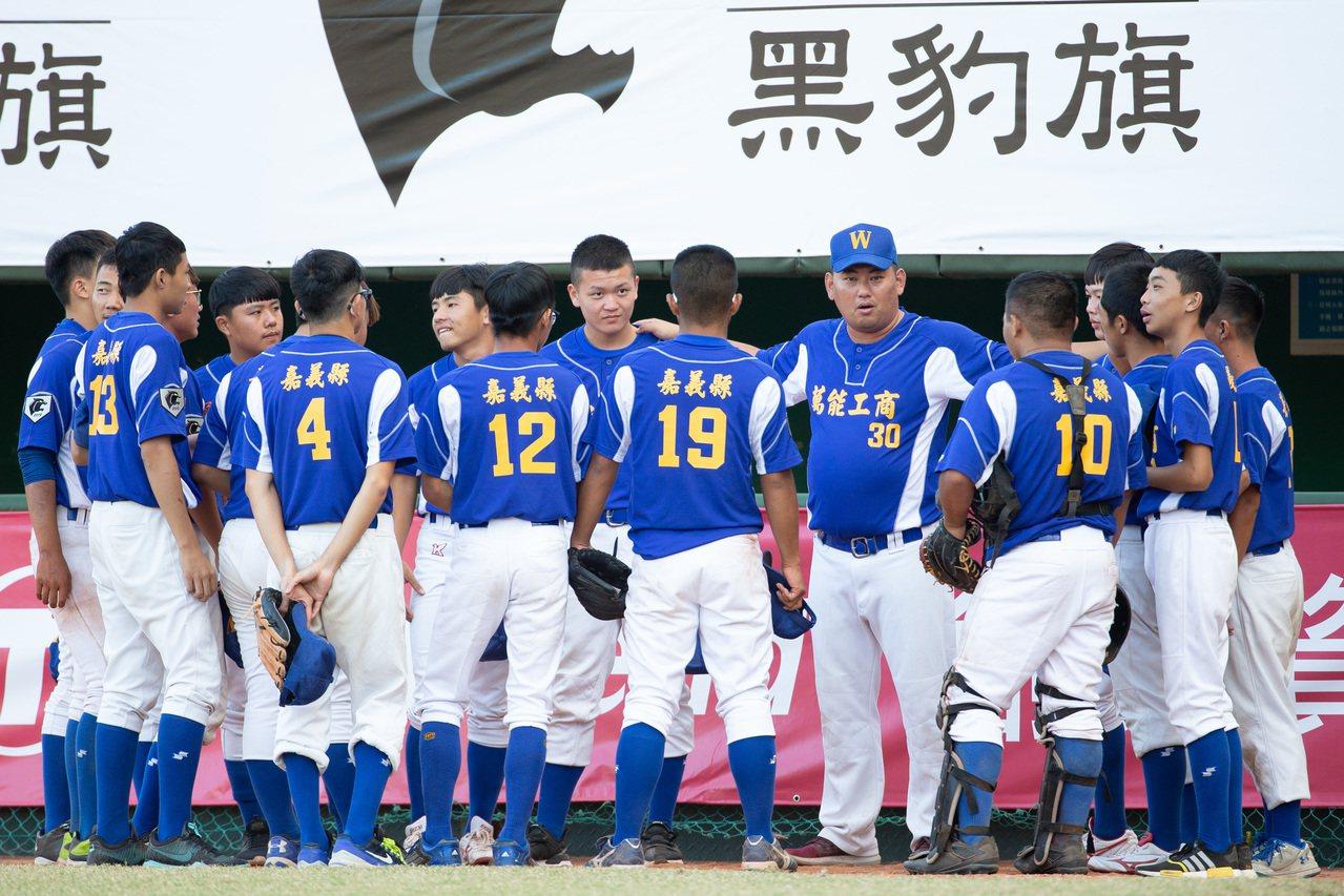 中信盃黑豹旗全國高中棒球大賽,萬能工商教練對球員精神喊話。記者季相儒/攝影