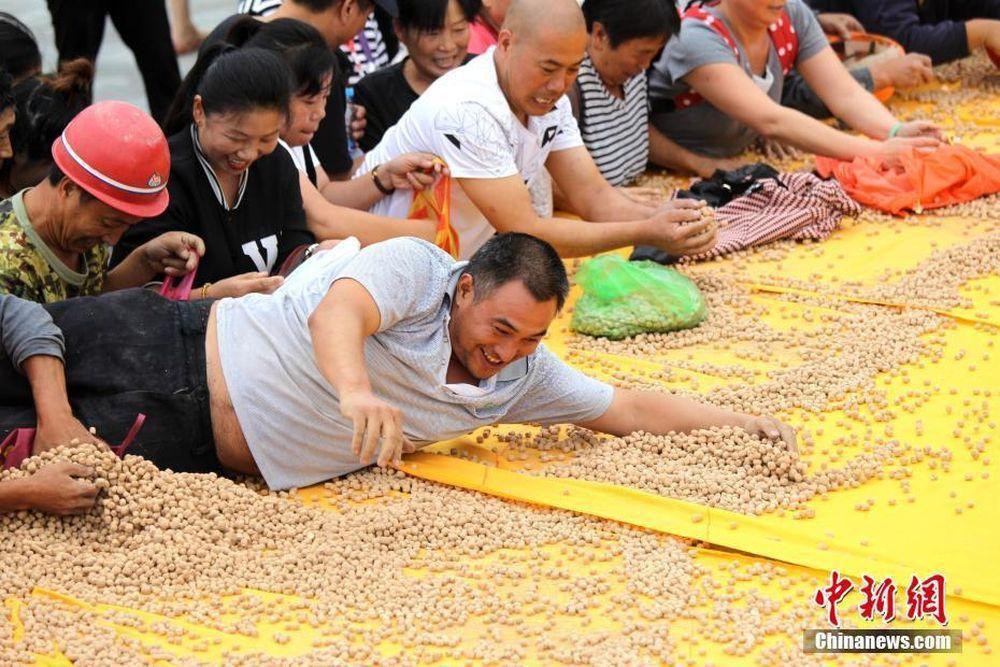 「準備吃土了!」大陸民眾搜刮土饃。圖/取自中新網