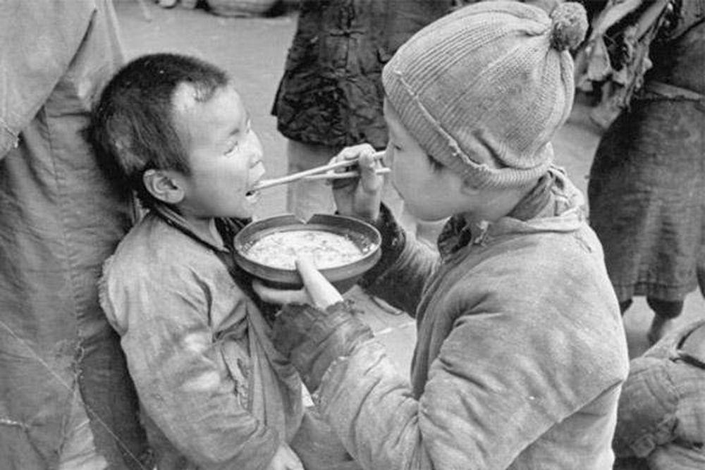 鬧飢荒的年代,人啃樹皮,後吃土。圖/取自每日頭條