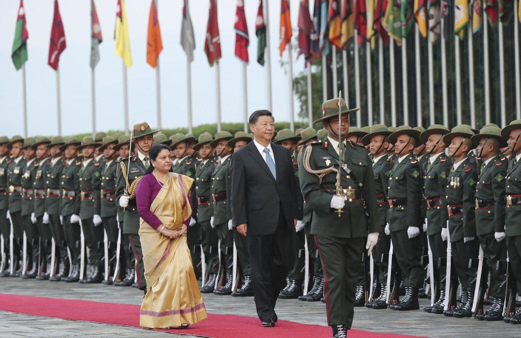 習近平本月抵達尼泊爾後,尼泊爾總統班達里在機場為習近平舉行具有濃厚民族特色的歡迎...