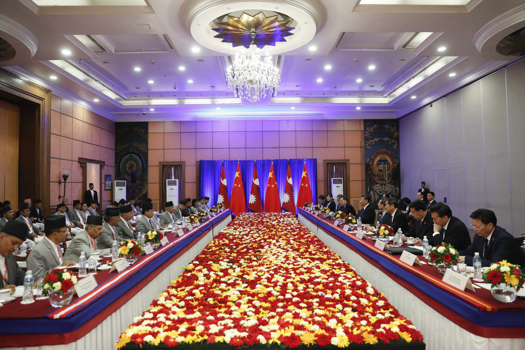 習近平13日在加德滿都跟尼泊爾總理奧利會談。 (中新社)
