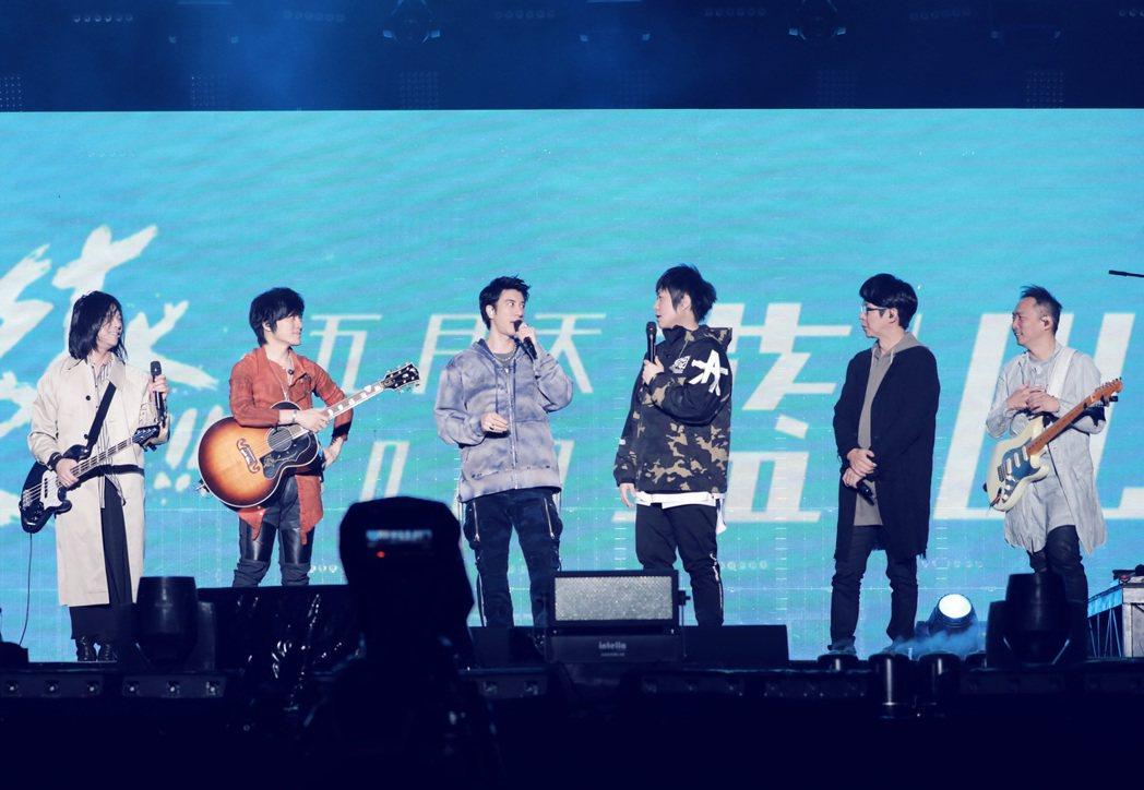 五月天請到王力宏(左三)擔任演唱會嘉賓。圖/相信提供
