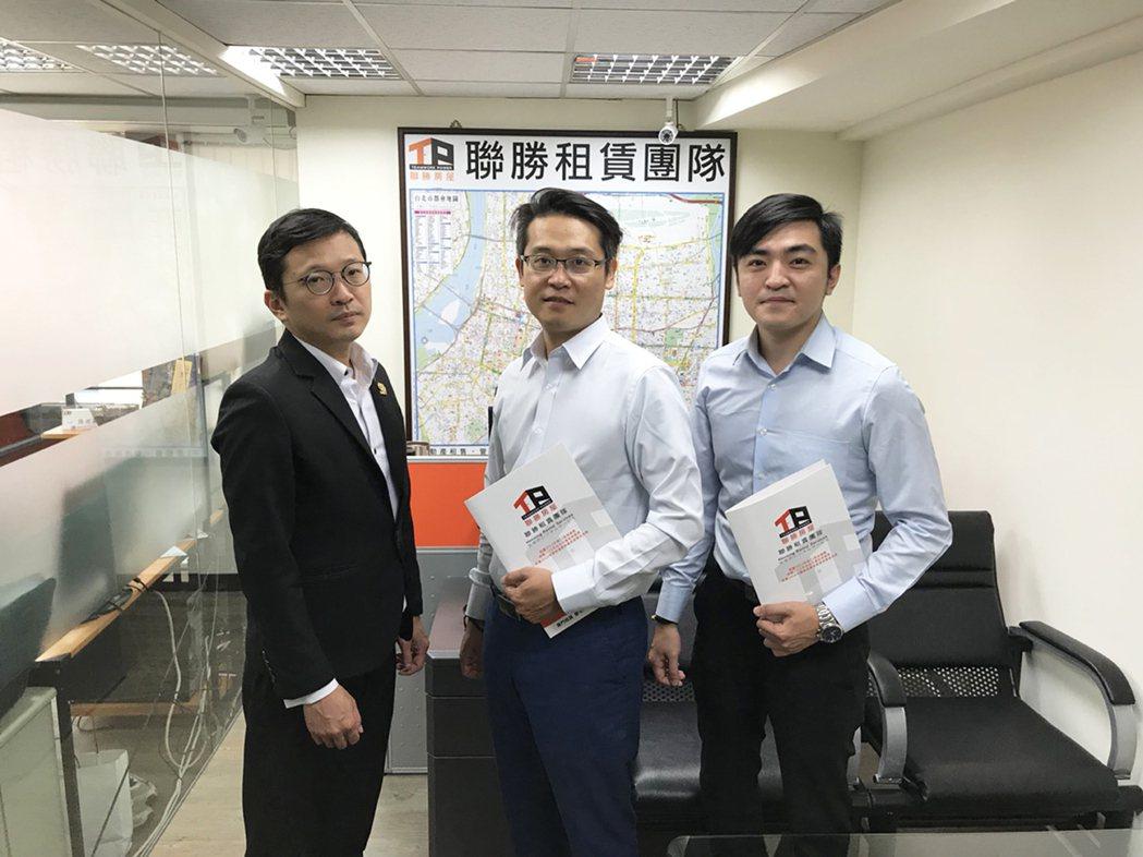 創辦人林政緯(左一)與租賃部經理合影。業者/提供