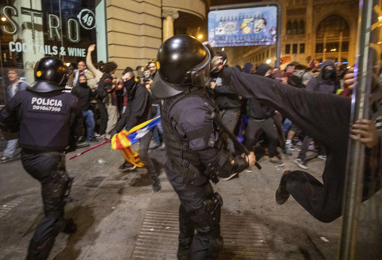 全球許多地方正進行大規模社會抗議活動。 美聯社