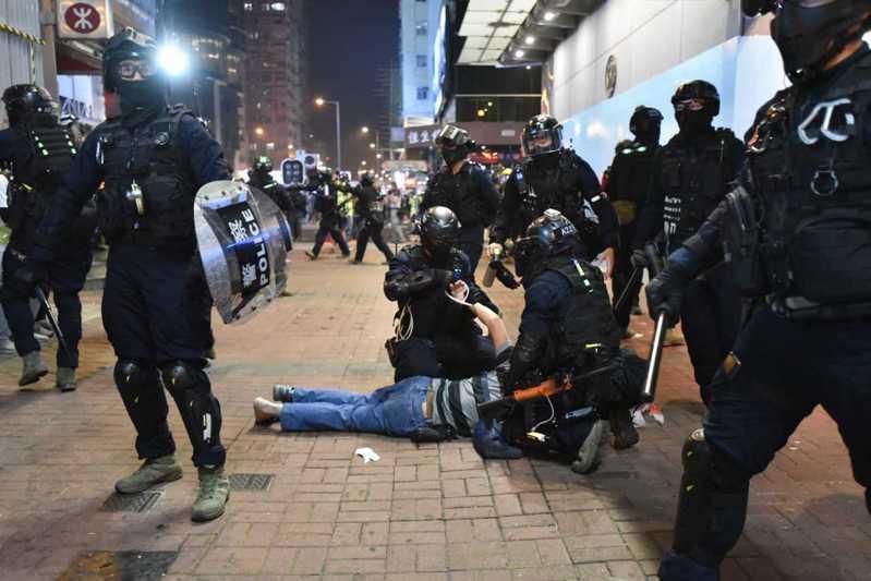香港反送中持續,港警正在清場。圖/取自星島日報