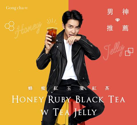 國民歐巴男神李昇基特別推薦紅玉紅茶系列茶飲。 貢茶/提供