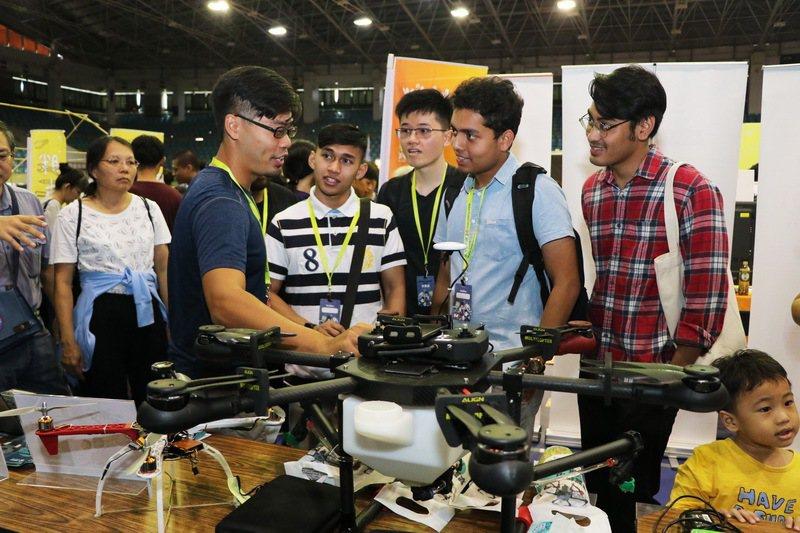 馬來西亞團隊對於農用無人機相當感興趣。 成功大學/提供