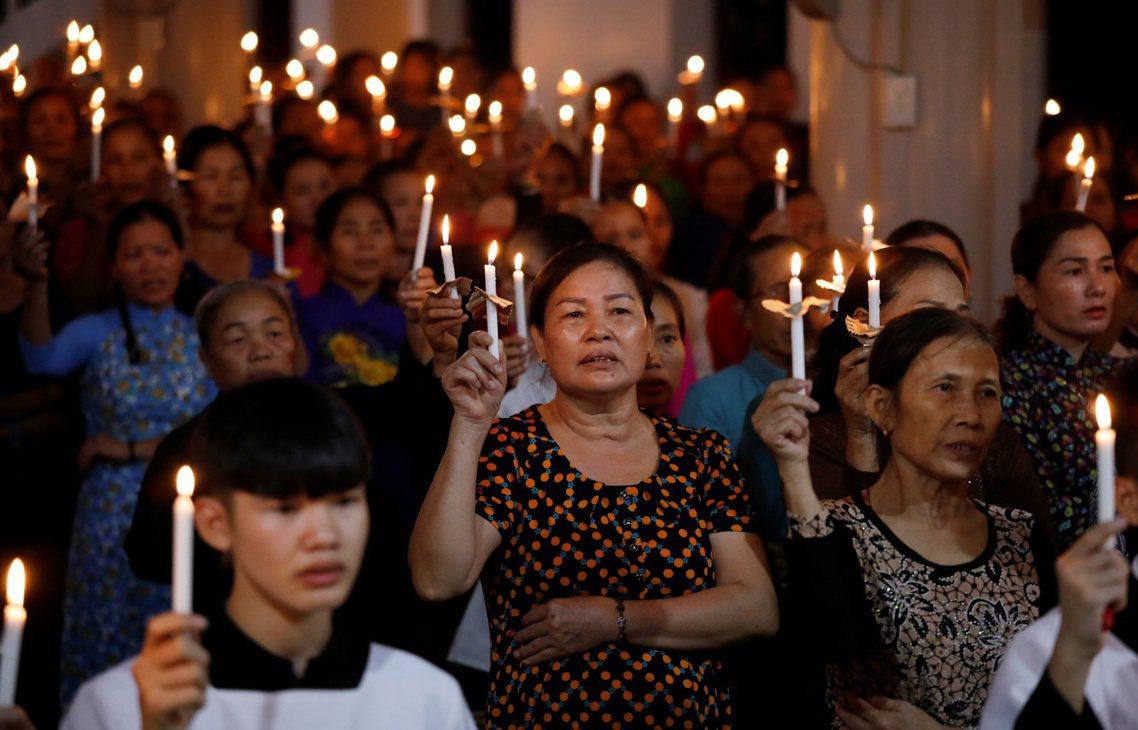 圖為越南義安省的彌撒。一連串的悲劇,讓越南總理阮春福(Nguyen Xuan P...