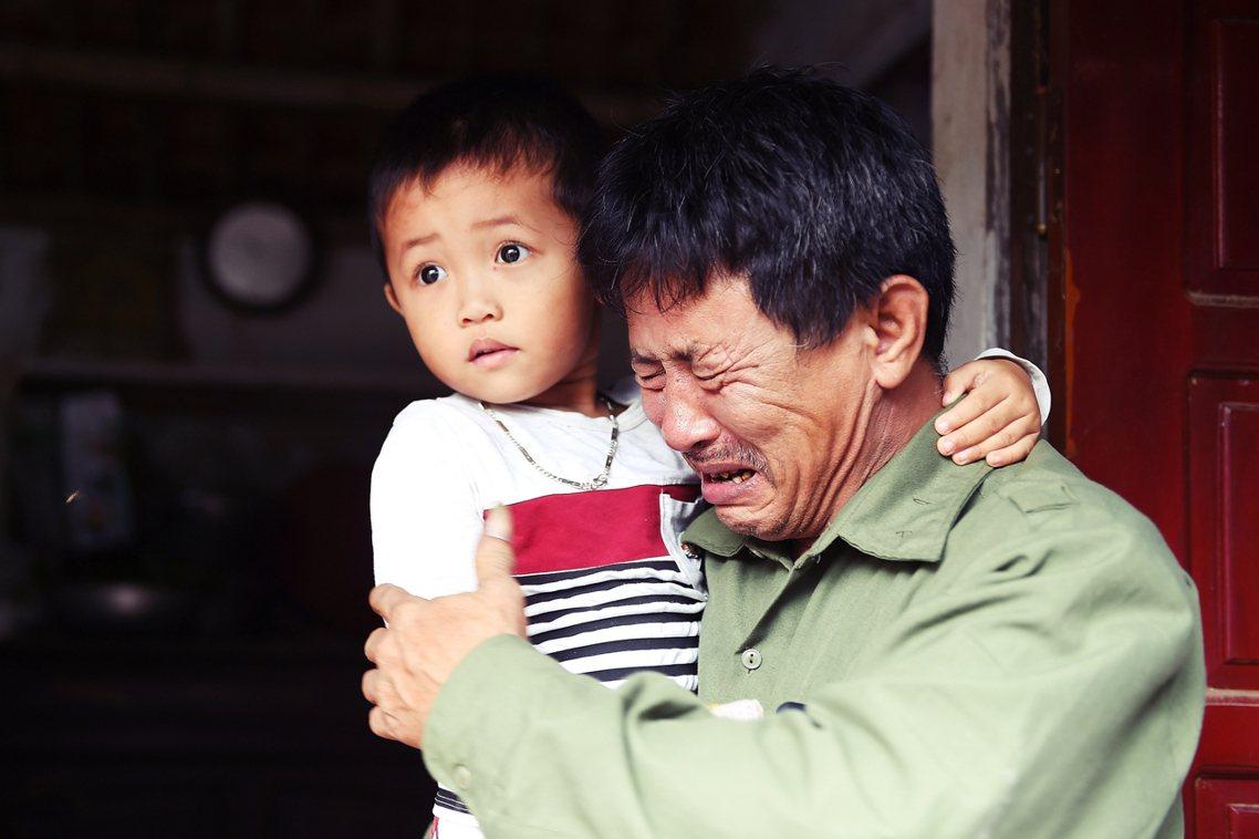 抱著孫子的Le Minh Tuan向《法新社》表示,Le Van Ha是先飛往馬...