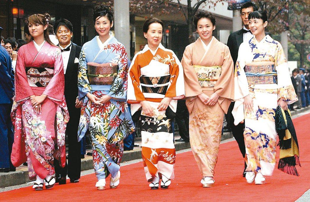 八千草薰(中)2003出席東京影展。開幕片「神似阿修羅」導演森田芳光(後排左)率