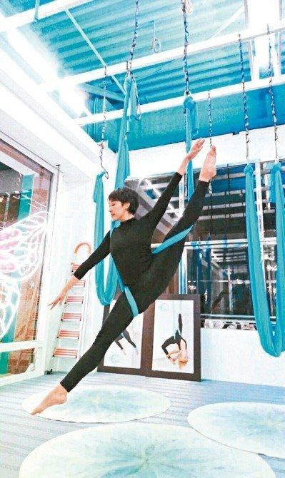 台南藝術大學講師馮靖評研發出獨有的「空中瑜伽芭蕾」,用漂浮療癒心靈。 圖/馮靖...