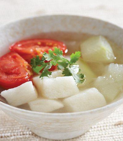 冬瓜番茄山藥湯的食材均為低鈉高鉀的蔬菜,對於穩定血壓相當有幫助。 圖/臉譜出版提...