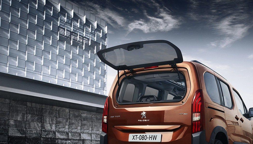 車頂後方行李廂前 / 後雙開頂置式收納箱,不僅便利車內乘員使用,也能於尾門開啟時...