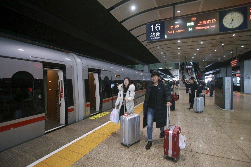 搭乘高鐵已成為許多大陸人出行的主要選擇。 (新華社)