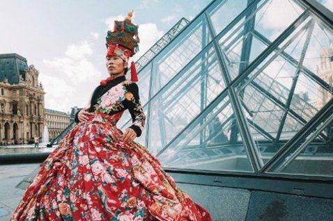 巴黎時裝周期間,萬雲峰穿著大花裙,在羅浮宮走秀。  取材自微博