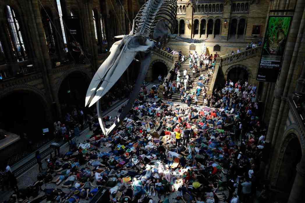 近年來,針對氣候變遷議題的示威之火,也延燒到了藝文組織與場域上。圖為今年4月,英...