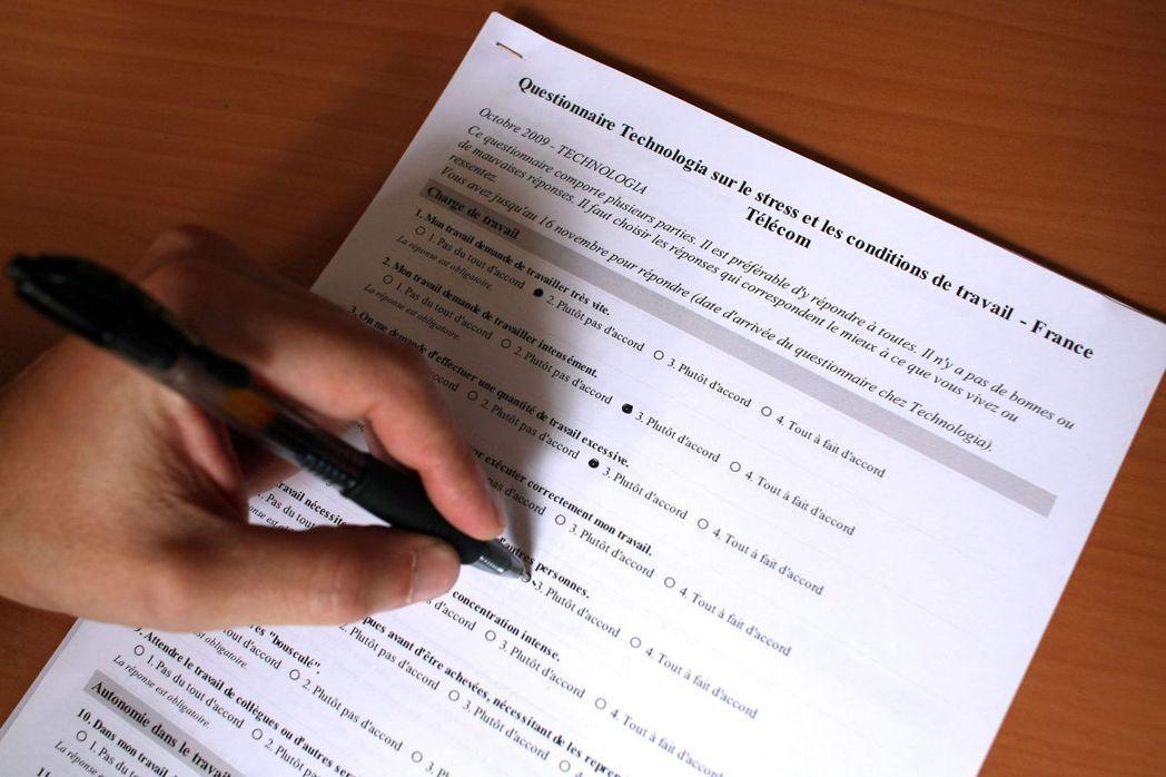 在內外壓力下,法國電信才終於向員工發放「職場壓力」的匿名問卷,只是高層卻始終迴避...