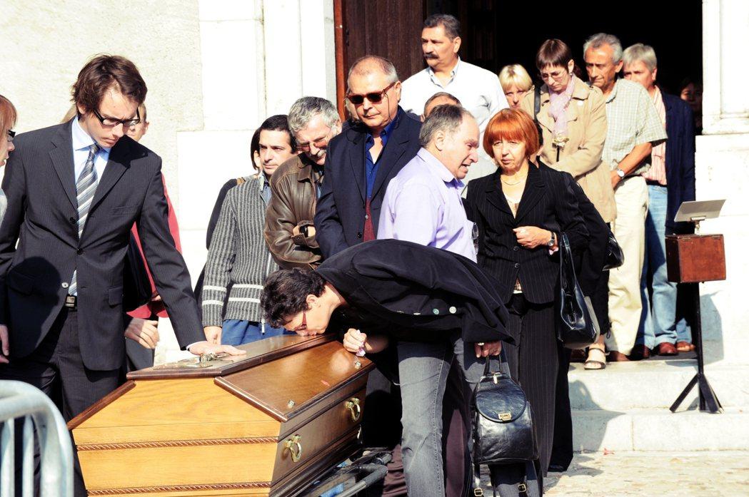 法國電信一名自殺員工的葬禮。等了10年之久,2019年「法國電信職場霸凌自殺潮」...