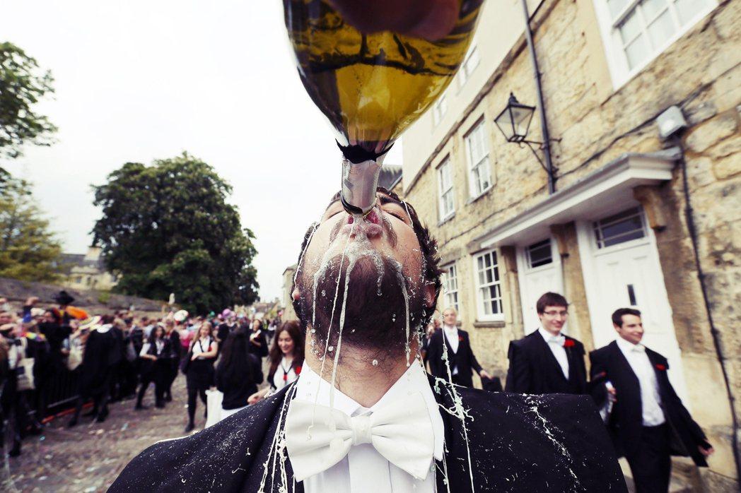許多英國民眾認為,95%的牛津大學學生都是來自學費高昂、菁英家庭專屬的私立中學,...