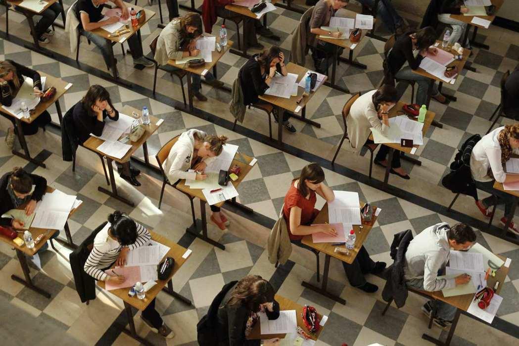 給予弱勢學生一個公平的機會,並不一定表示大學需要降低入學標準。牛津透過制度設計,...