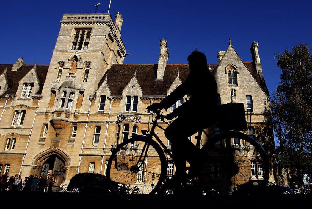 牛津大學校長莉查森(Louise Richardson)聲明:「在機會計畫中,我...