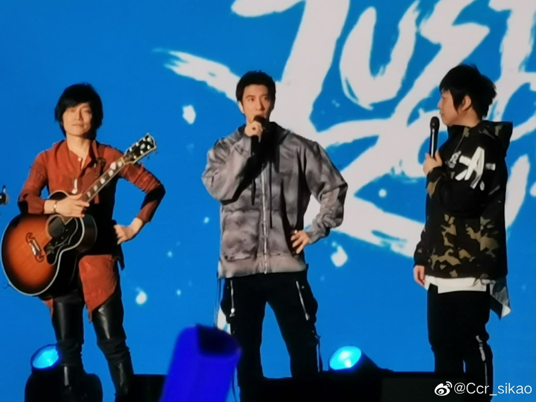擔任嘉賓的王力宏(中)與阿信(右)、怪獸在台上暢談。圖/摘自微博