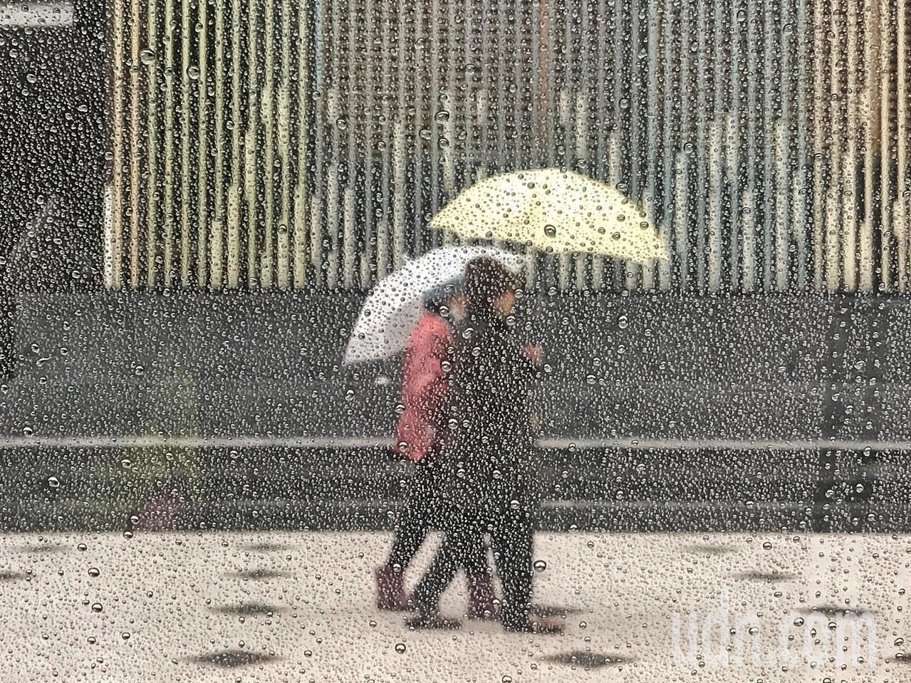 中央氣象局說,這周受到東北風影響,迎風面有雨。本報資料照片