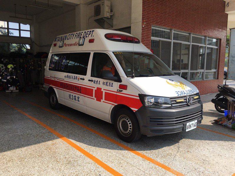 台南市消防局說,台南市救護人員根據緊急醫療救護法第29條規定,將緊急傷病患送達就近、適當醫院就醫。記者黃宣翰/翻攝