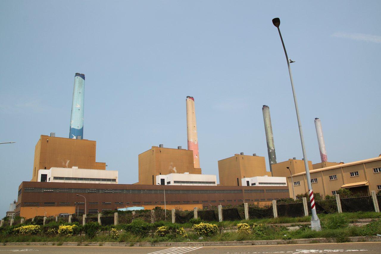 台中火力電廠放流水多次超標,市府繼今年3月開罰最高罰則2000萬元後,今天再度宣...