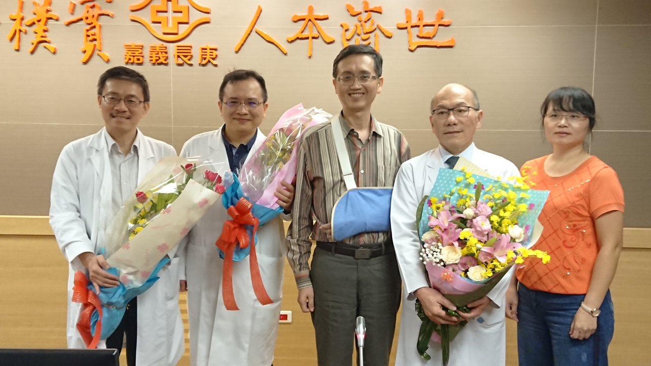 曾煥傑(中)感謝長庚醫療團隊助他恢復健康。記者卜敏正/攝影