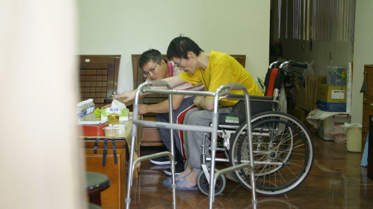 張國寬(右前)罹患威爾森氏症,面對無法控制的情緒,曾一度封閉自我,直到在宅復健團...