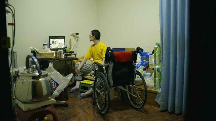 張國寬2009年發生車禍,導致雙腿粉碎性骨折,無法行走,加上疾病纏身,讓他封閉內...