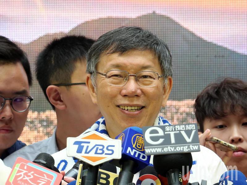台北市長柯文哲(中)上午出席台北大縱走攝影比賽頒獎典禮,結束後接受媒體記者聯訪,面對記者各種議題的提問,他不時仰頭大笑。記者許正宏/攝影