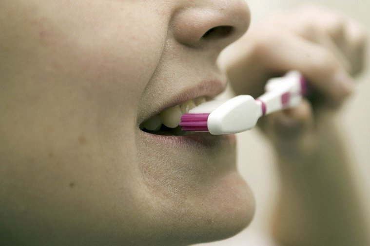 普通牙刷和電動牙刷比起來,在去除牙菌斑的效率上是沒有顯著差別的。 圖/ingim...