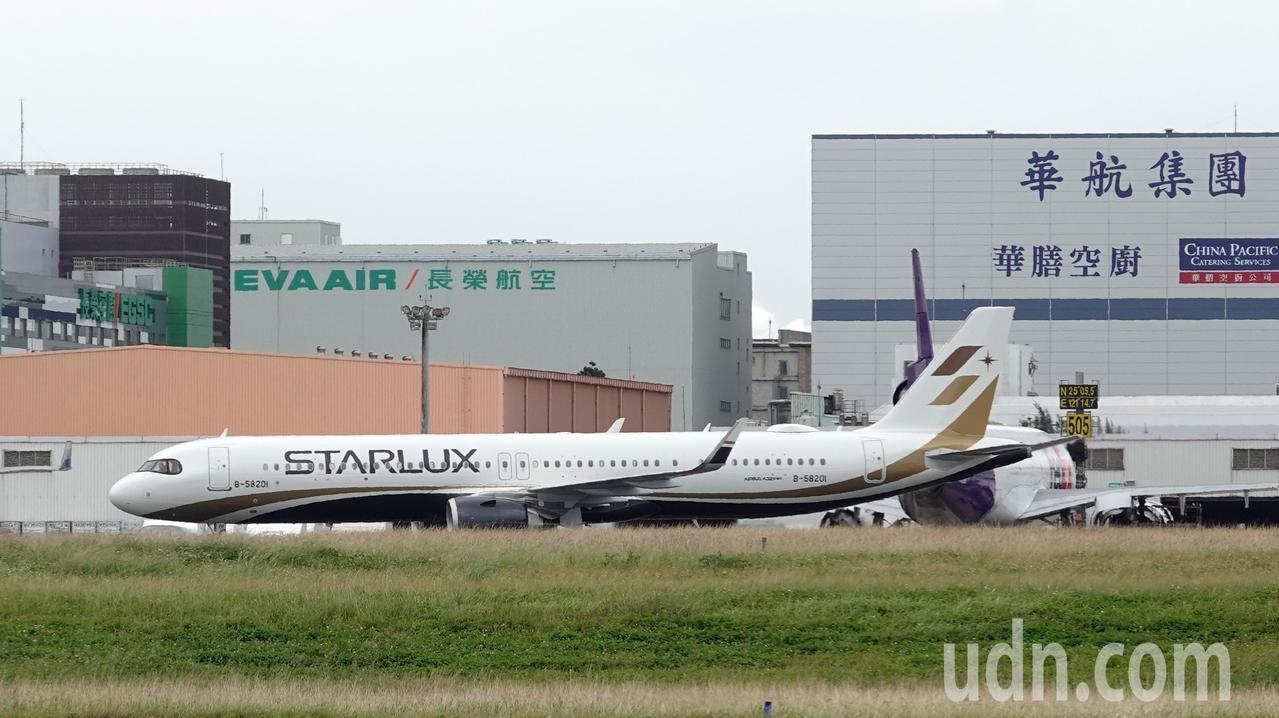星宇航空第一架飛機中午降落在桃園機場,飛機經過華航與長榮的建築前。記者鄭超文/攝...