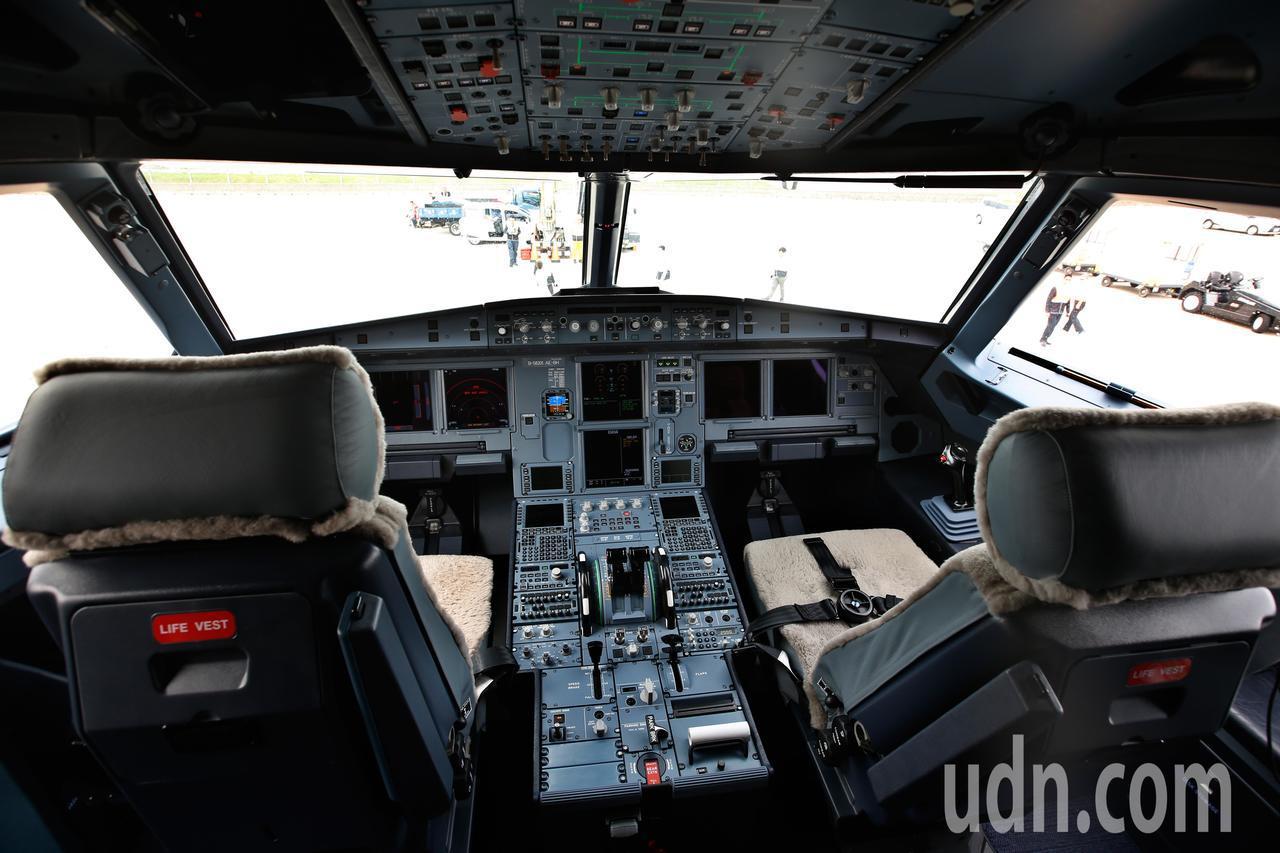 星宇航空第一架飛機中午降落在桃園機場,圖為A321neo的駕駛艙。記者鄭超文/攝...