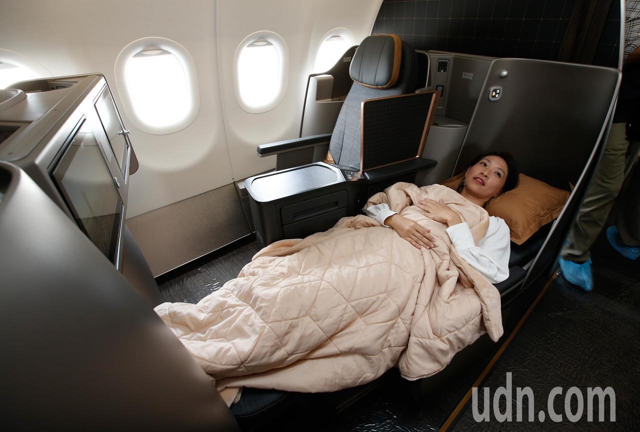 星宇航空第一架飛機中午降落在桃園機場,飛機提供八個可以平躺的商務艙。記者鄭超文/...