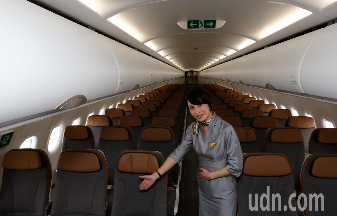 星宇航空第一架飛機中午降落在桃園機場,雖然是單走道客機,但是仍提供許多先進的機艙...