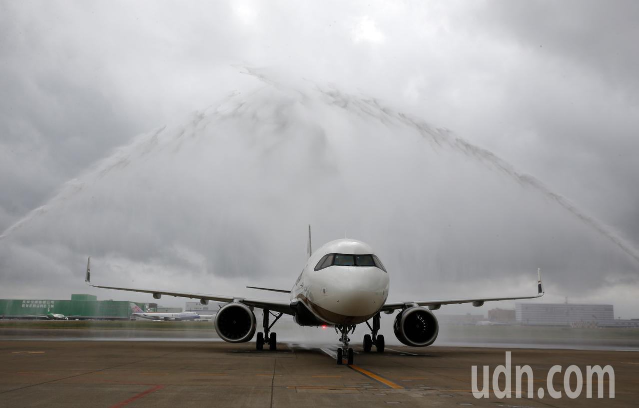 星宇航空第一架飛機中午降落在桃園機場,桃機公司特別灑水為新機洗塵。記者鄭超文/攝...