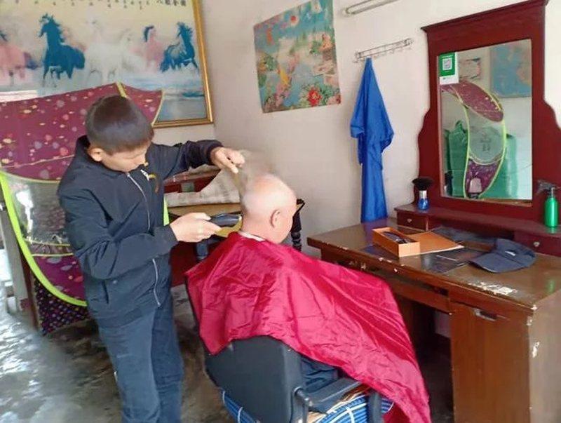 朱聖開在村裡是一名理髮師。圖/星島日報
