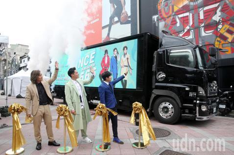 5566今天在台北紅樓舉行高雄巨蛋演唱會售票記者會,三人合體宣傳並揮手歡送宣傳車出發。